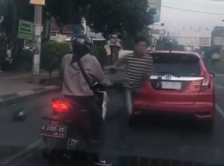 Melihat Polisi dijalan, Dua Pengendara Tiba-Tiba Lari Terbirit-birit, Ternyata?