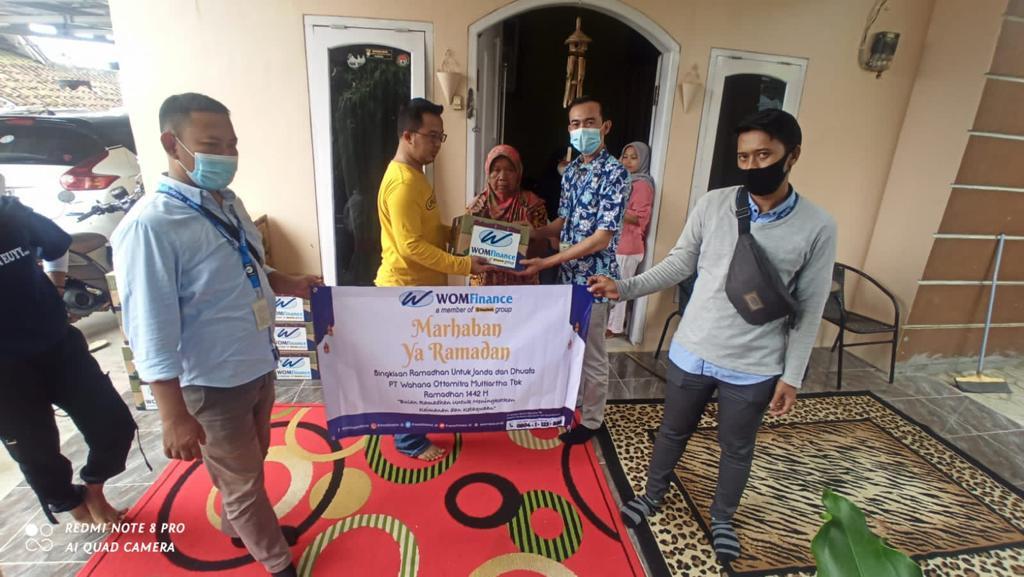 Berkah Ramadhan, WOM Finance Bagikan Bingkisan Ramadhan kepada Janda dan Dhuafa