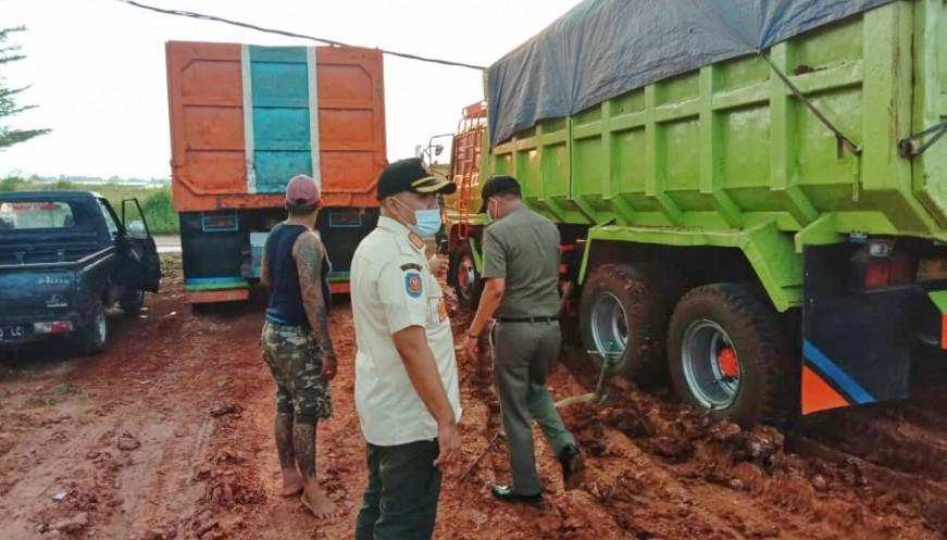 Galian Tanah di Tigaraksa Ditutup Paksa Karena Bikin Jalan Licin